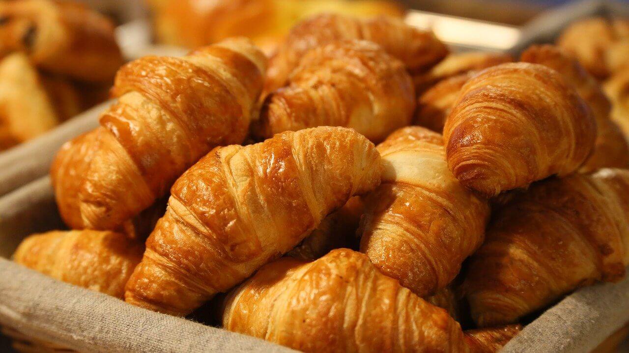 Croissantjes bij de broodjes service op Camping Heino