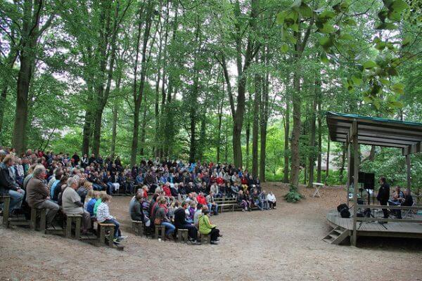 Het lommerrijk Luttenberg - dicht bij Camping Heino - theater en voorlezen