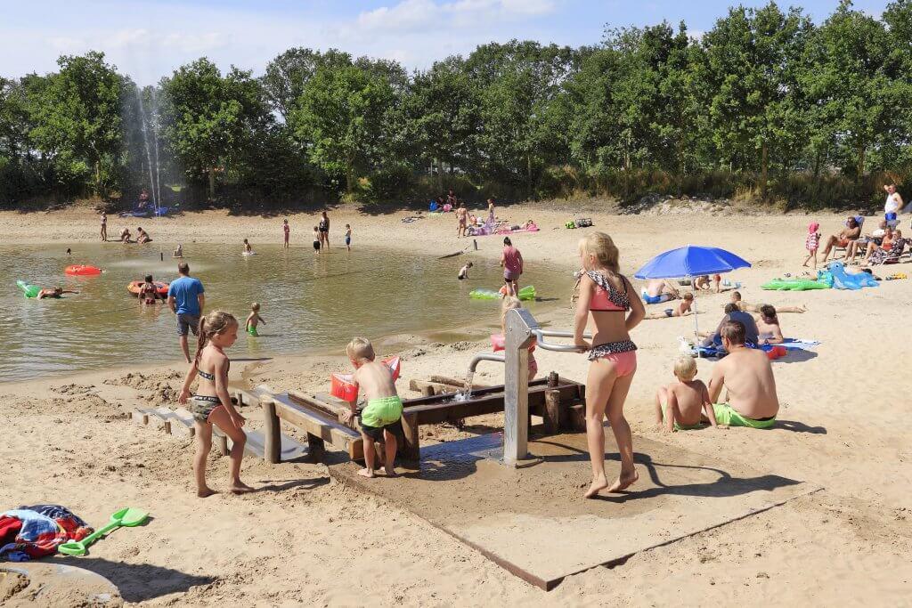 Kleine recreatieplas met zandstrandje op Camping Heino