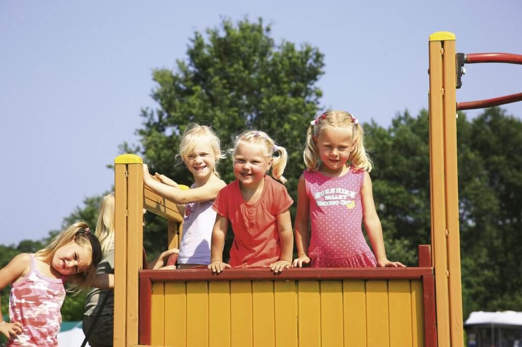 Speeltoestellen voor kinderen op de camping